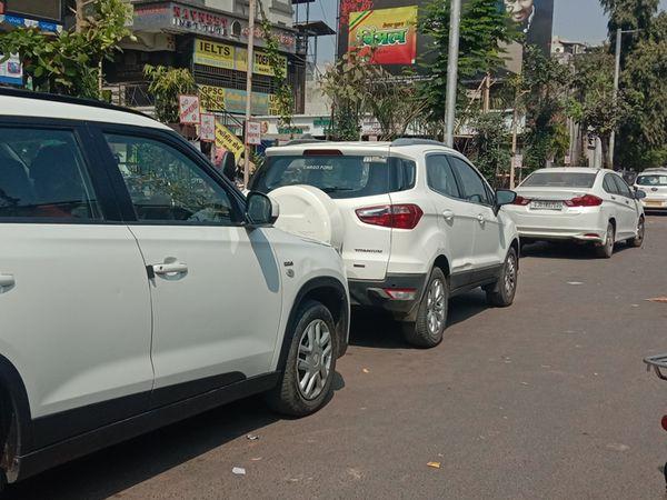 બાપુનગર ચારરસ્તા પાસે ફોર વ્હિલરની આ લાઈન છે. અહીં કોઈ કહેનાર નથી કે કોઈ ટોઈંગવાન મેમો આપવા આવતી નથી. - Divya Bhaskar