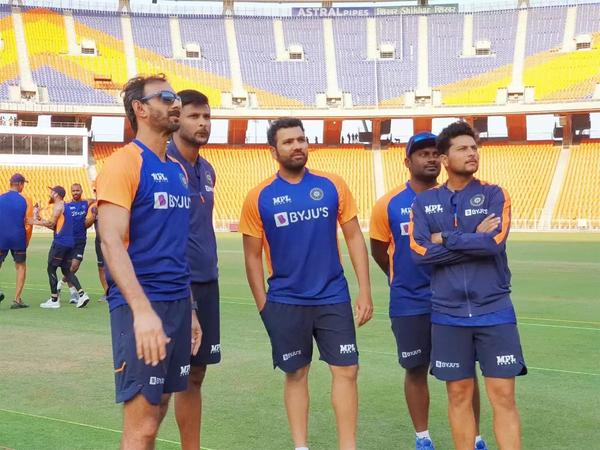 પ્રથમ મુલાકાત દરમિયાન મોટેરા સ્ટેડિયમનું નિરીક્ષણ કરતી ઇન્ડિયન ટીમ. - Divya Bhaskar