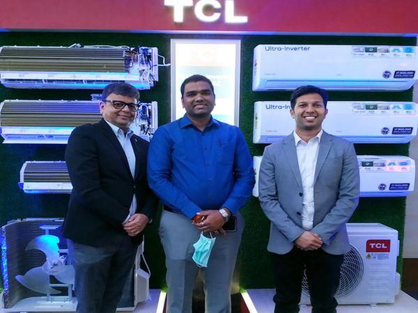 TCLએરકન્ડીશન બિઝનેસનાં હેડ વિજય મિકીલીનેની (વચ્ચે) અને ગુજરાતના ડિસ્ટ્રિબ્યુટર સેફરોન ટ્રેડલિંકના બિમલ અમિન (કાળા સૂટમાં) - Divya Bhaskar