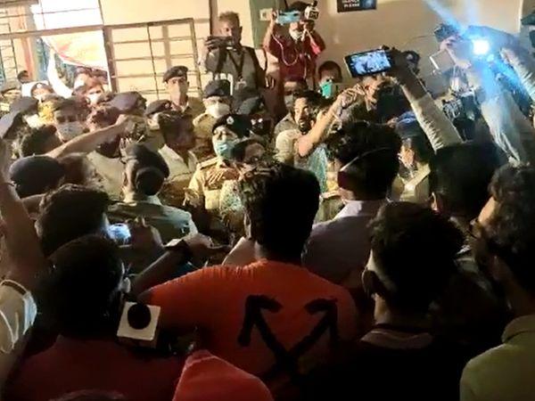 મતગણતરી કેન્દ્ર ખાતે કોંગ્રેસના સમર્થકો અને પોલીસ વચ્ચે ઘર્ષણ થયું હતું - Divya Bhaskar