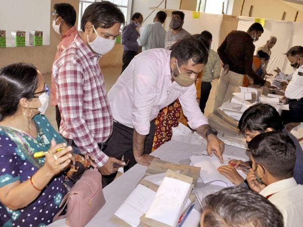 નડિયાદ પાલિકાના વોર્ડમાં આશરે 600 લોકો ચૂંટણી કામગીરીમાં વ્યસ્ત કાર્યકરો મતદાન કરવા પહોંચ્યા - Divya Bhaskar
