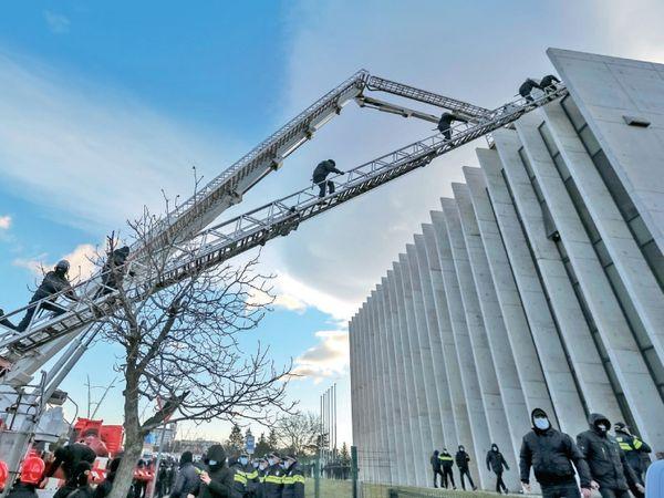 જ્યોર્જિયામાં વિપક્ષી નેતા નિકા મેલિયાની નાટકીય ઢબે ધરપકડ કરાઇ.