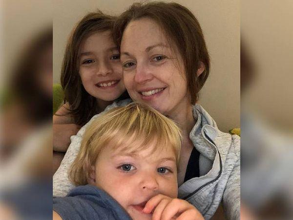 લિઝા તેની માતા અને નાના ભાઈ સાથે