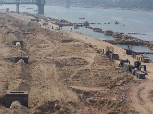 સાબરમતી નદી પર રિવરફ્રન્ટ ડેવલપમેન્ટનું કામ ચાલી રહ્યું છે (ફાઇલ ફોટો).