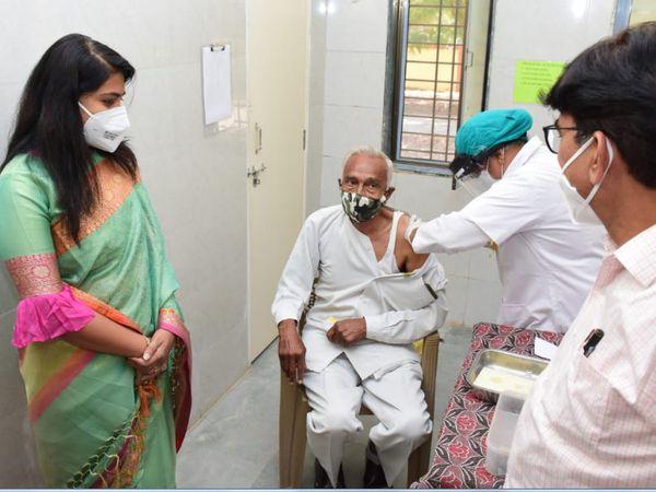વડોદરા જિલ્લા કલેક્ટરે વેક્સિન લેનાર લોકોની તબિયત પૂછી હતી - Divya Bhaskar