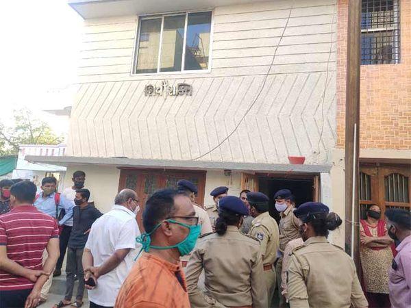સામૂહિક આપઘાતના બનાવમાં પોલીસ ઘટનાસ્થળે દોડી ગઈ હતી - Divya Bhaskar
