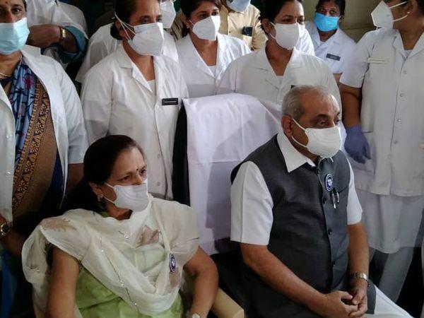 સોલા સિવિલ હોસ્પિટલના સ્ટાફ સાથે નાયબ મુખ્યમંત્રી અને તેમના પત્ની