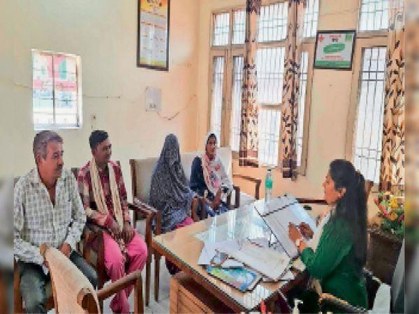 તંત્રએ બાળ લગ્ન અટકાવી છોકરીને પિતાના ઘરે મોકલી હતી. - Divya Bhaskar