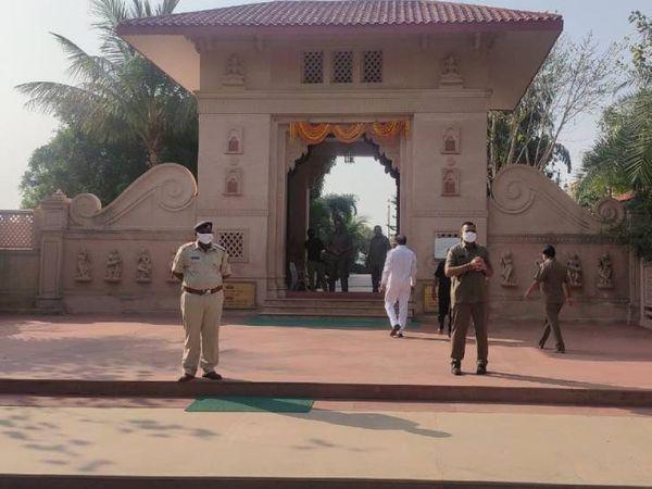 મંદિરના દ્વાર પાસે જ પોલીસ જવાનો ખડકી દેવામાં આવ્યા - Divya Bhaskar