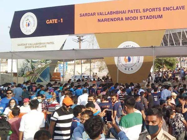 સ્ટેડિયમ બહાર મોટાભાગના ક્રિકેટચાહકો માસ્ક વગર જોવા મળ્યા