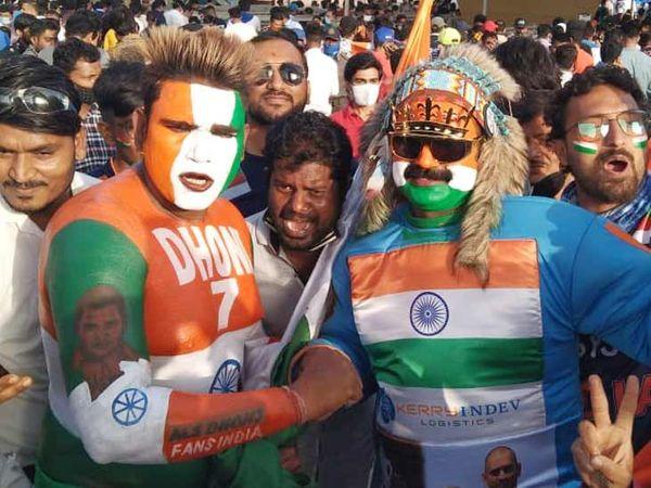નરેન્દ્ર મોદી સ્ટેડિયમ બહાર ધોનીના ફેન સહિતના ક્રિકેટપ્રેમીઓ વગર માસ્કે દેખાયા - Divya Bhaskar