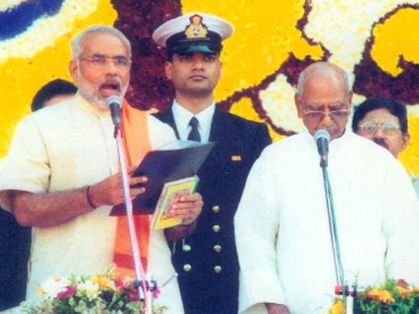 2002માં 127 બેઠક સાથે મુખ્યમંત્રી પદના શપથ લઈ રહેલા નરેન્દ્ર મોદી અને સાથે તત્કાલીન રાજ્યપાલ સુંદરસિંહ ભંડારી