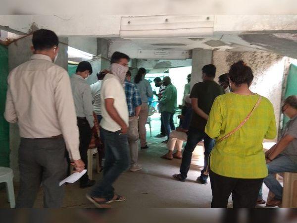 પિલરની પાછળ અન્ય 7 લોકો ટેસ્ટીંગની કતારમાં હતા - Divya Bhaskar