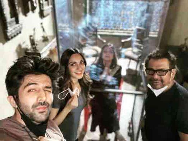 'ભૂલ ભુલૈયા 2'ના સેટ પર અનીસ બઝ્મી, કિઆરા તથા તબુ સાથે.