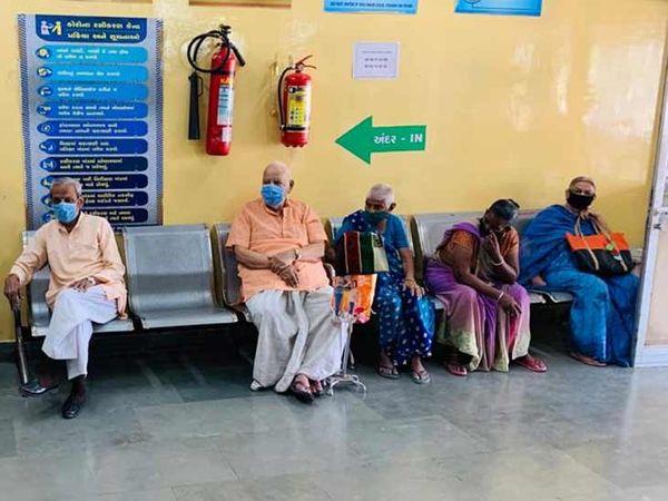 વડીલોને સિવિલ હોસ્પિટલના જૂના ટ્રોમા સેન્ટર સ્થિત કોરોના રસીકરણમાં રસી અપાઈ