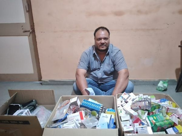 બોગસ ડોક્ટર પાસેથી દવાઓ કબજે લેવાઇ હતી. - Divya Bhaskar
