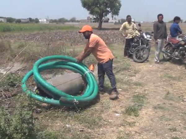 ખેતરોમાં પાણી પહોંચાડવા માટે દૂરથી પાણી લાવવાની ફરજ પડી રહી છે.