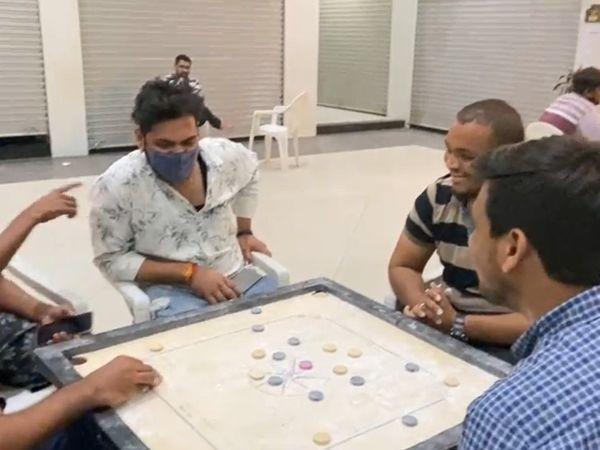 કેરમ પણ કાફેમાં મૂકવામાં આવ્યું છે. જેથી યુવકો ચાની સાથે રમત પણ રમી શકે.