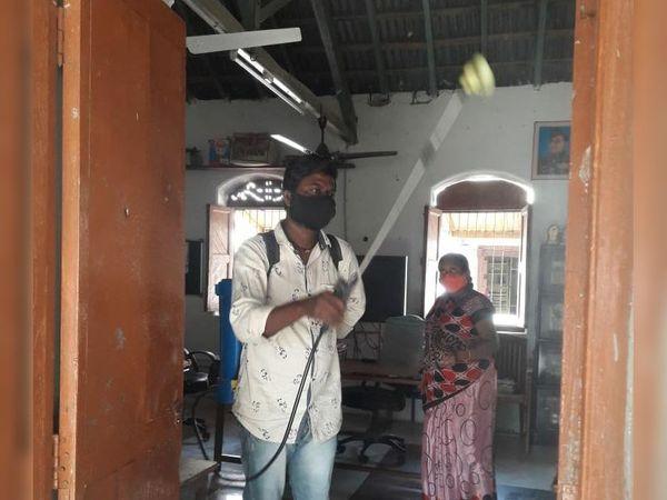 શિક્ષકોને સંક્રમિત થતા શાળાઓને સેનિટાઈઝ કરાઈ - Divya Bhaskar