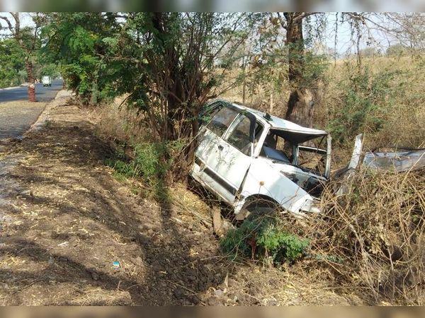 ચાપરિયામાં વૃક્ષને અથડાઈને મારુતિ કાર ખાડામાં પડી. - Divya Bhaskar
