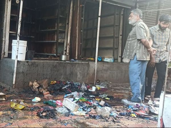 પાવી જેતપુરમાં કપડાંની દુકાનમાં આગ - Divya Bhaskar