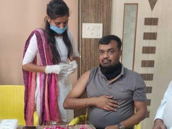 વઢવાણ GIDCમાં સનસાઈન ફાસ્ટનર્સ પ્રા.લી ખાતે કોરોનાની રસી આપવામાં આવી હતી. જેમાં પાલિકા પ્રમુખ સહિત હાજર રહ્યાં હતાં. - Divya Bhaskar
