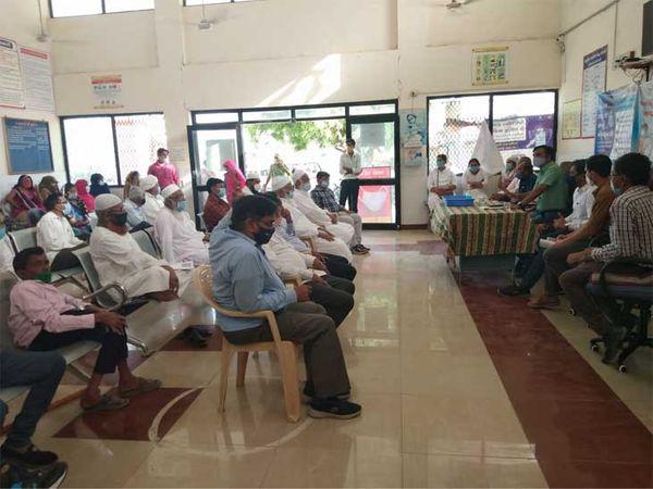 ખોટી અફવાઓ અને ડરથી લોકો રસી લેતા નથી ત્યારે દેથળી ગામે રસીકરણ માટે લોકોને સમજાવવા તંત્ર દ્વારા બેઠક કરવામાં આવી હતી. - Divya Bhaskar