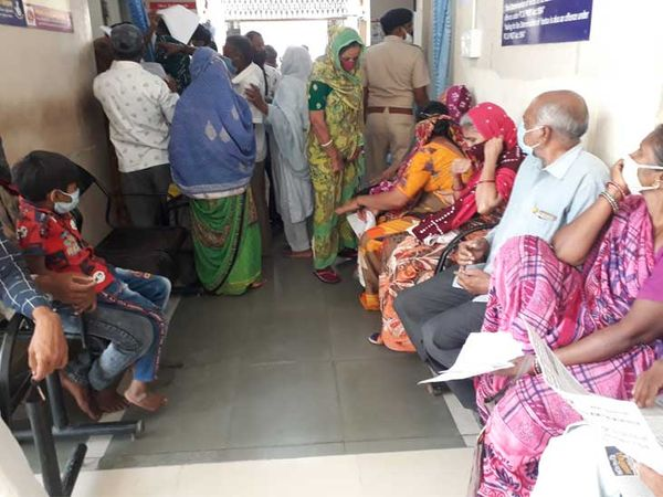 ગાંધી હોસ્પિટલમાં દર્દીઓની ભીડના કારણે ડિસ્ટન્સનો અભાવ. - Divya Bhaskar