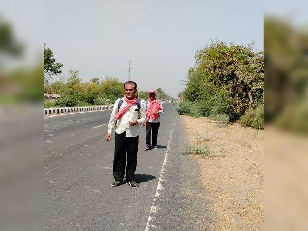 દર વર્ષે મહેમદાવાદના રાસ્કાથી ડાકોર સુધીનો માર્ગ અગિયાસથી  જ પદયાત્રિઓથી ધમધમે છે. પરંતુ આ વર્ષે બાધા  કે માનતા હોય તેવા એકલદોકલ પદયાત્રિઓ જ માર્ગ પર જોવા મળી રહ્યા છે. - Divya Bhaskar