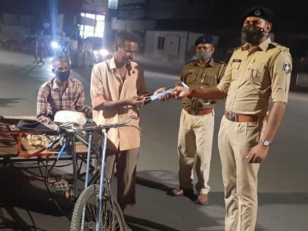 સુરત બાદ વડોદરા પોલીસ માસ્ક નહીં પહેરનારને 1 હજારના દંડને બદલે માસ્ક આપે છે