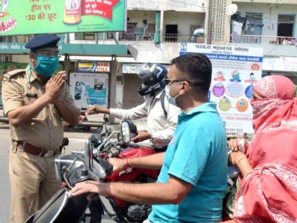 વડોદરા પોલીસ તંત્ર દ્વારા લોકોને નિઃશુલ્ક માસ્ક આપવામાં આવશે(ફાઇલ તસવીર) - Divya Bhaskar