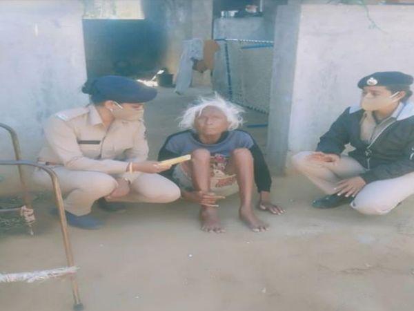 શી ટીમ દ્વારા 105 વર્ષની વૃદ્ધાને સ્ટેન્ડ(ઘોડી) આપીને તેઓની તકલીફ દૂર કરી