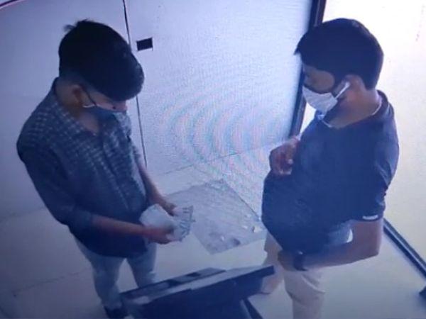 બંને ચોરોએ ધીમે ધીમે કરીને 30 હજારની રકમ ચોરી નાસી ગયા હતા - Divya Bhaskar