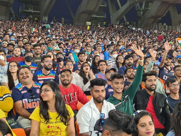 ભારત-ઈંગ્લેન્ડ વચ્ચે પ્રેક્ષકોની હાજરીમાં રમાયેલી છેલ્લી T20 મેચની તસવીર.