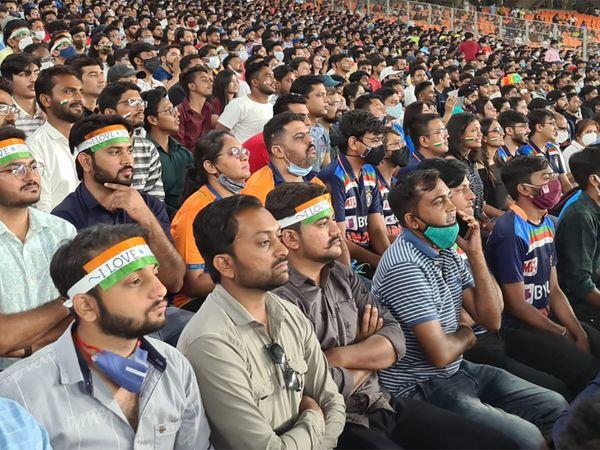 ભારત-ઈંગ્લેન્ડની T20 મેચમાં ભાગ્યે જ કોઈ પ્રેક્ષક માસ્કમાં જોવા મળ્યો હતો.