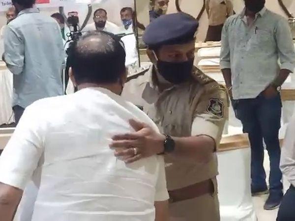 અન્ય એક ખેડૂત આગેવાનની અટકાયત કરી રહેલી પોલીસ.