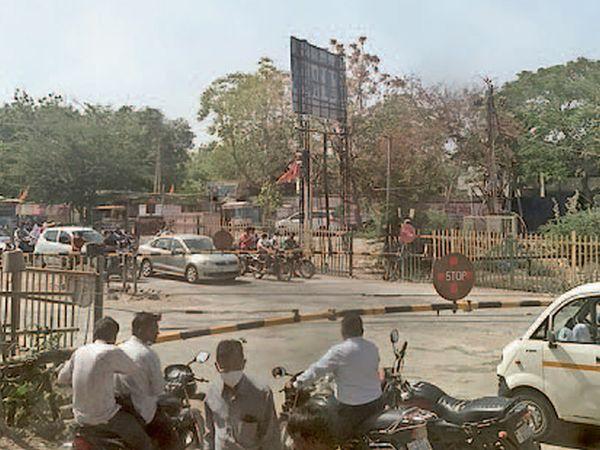અમરેલીમાં રેલવેના જડ નિયમ સામે વાહન ચાલકોમાં રોષ ફેલાયો છે. - Divya Bhaskar