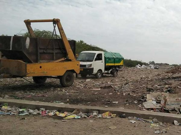 શહેરમાંથી ઉલેચાતો કચરો ડમ્પીગ સાઈટ પર નાખવામાં આવી રહ્યો છે. - Divya Bhaskar