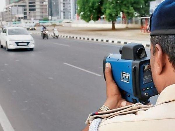 સ્પીડ ગનથી વાહનની સ્પીડ કેટલી છે તે જાણી શકાય છે ( ફાઈલ ફોટો) - Divya Bhaskar