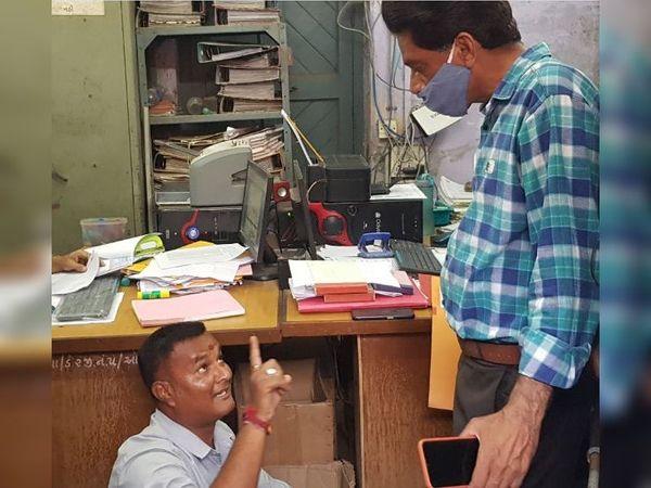 અરજદાર વિજય ગોહિલ પાલિકાના અધિકારીના રૂમમાં ધરણા પર બેસી ગયા હતા. - Divya Bhaskar