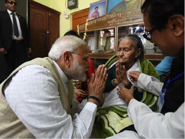 वर्ष 2019 में होने वाले लोकसभा चुनावों में, पीएम मोदी ने बंगाल में अपने चुनाव अभियान की शुरुआत वीनापानी देवी के आशीर्वाद से की थी (फाइल फोटो)