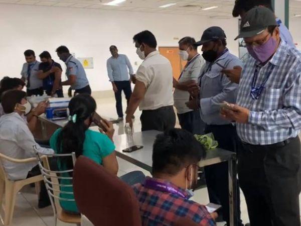 એરપોર્ટ પર કર્મચારીઓને વેક્સિન આપવામાં આવી - Divya Bhaskar