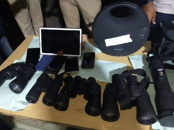आरोपियों के पास से कीमती सामान और नकदी के साथ एक वाहन भी जब्त किया गया