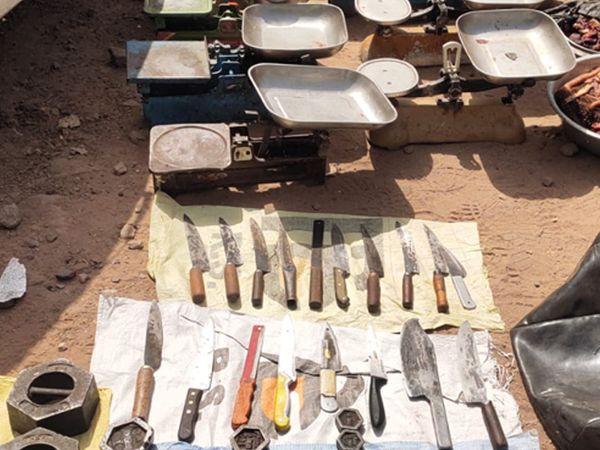 ગોધરાના મટન માર્કેટમાં રેડ દરમિયાન પોલીસે ગેરકાયદેસર વેચાણ કરાતા માંસના જથ્થા સાથે અન્ય મુદ્દામાલ કબજે કર્યો હતો. - Divya Bhaskar