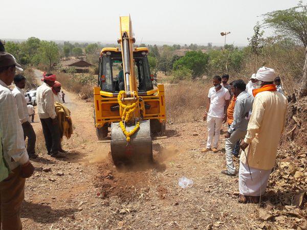 નવા રસ્તાની કામગીરી માટે ભુમીપૂજન કરી કામગીરી શરૂ. - Divya Bhaskar