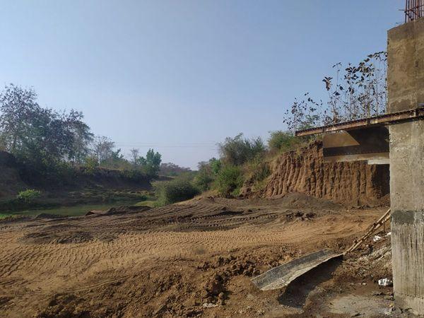 પુલના બાંધકામની કામગીરીમાં વપરાતું હલકી કક્ષાનું મટીરીયલ આખરે ખસેડાયુ. - Divya Bhaskar