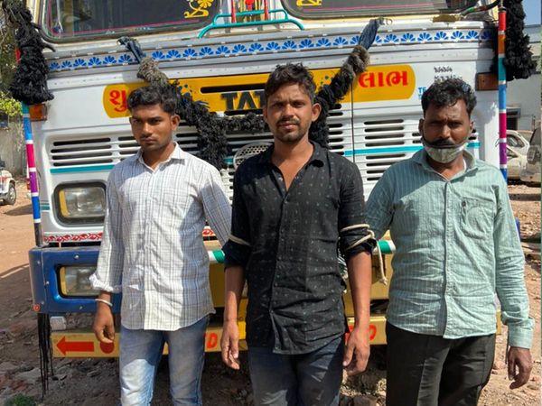 ધામસીયા પાસેથી ટ્રકમાં લઇ જવતા વિદેશી દારૂ સાથે ઝડપાયેલા આરોપીઓ. - Divya Bhaskar