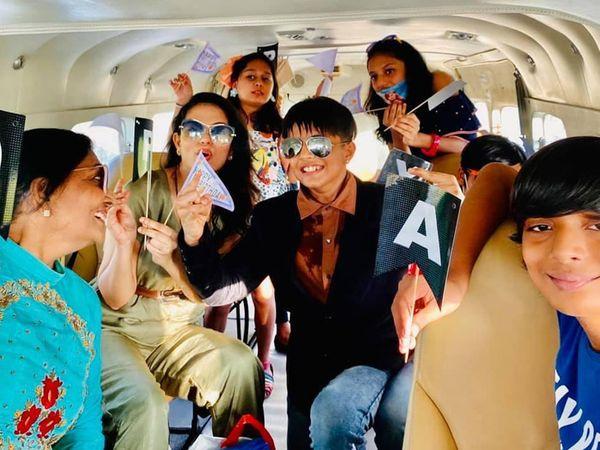વિમાનમાં જન્મદિવસની ઉજવણી કરતો પરિવાર. - Divya Bhaskar