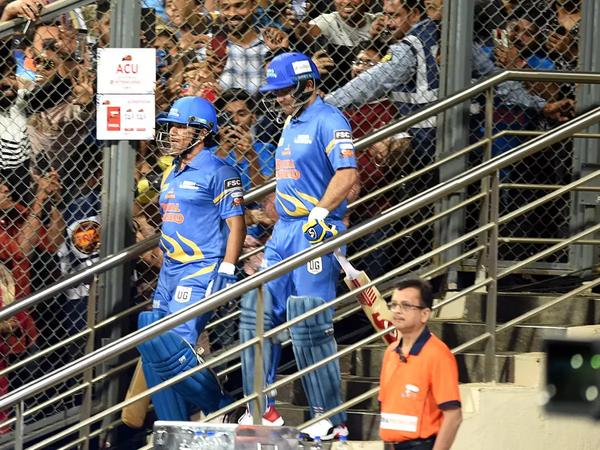 सचिन तेंदुलकर सहवाग के साथ सड़क सुरक्षा श्रृंखला के दौरान बल्लेबाजी करते हुए।