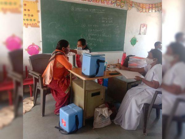 રજાના દિવસે પણ કોરોના વેકસીનેશનની કામગીરીમાં વ્યસ્ત આરોગ્ય વિભાગના કર્મચારીઓ. - Divya Bhaskar